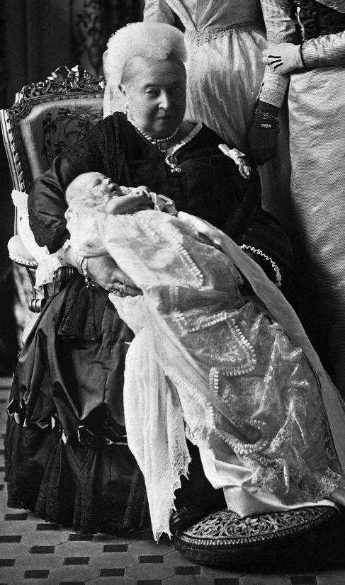 La Reina Victoria, con su bisnieto, el futuro Eduardo VIII.