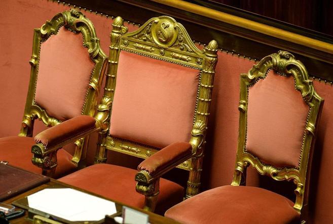 En el centro, la silla vacía de Berlusconi en el Senado.