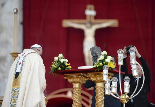 El Papa bendice el relicario que contiene los restos de San Pedro, en...