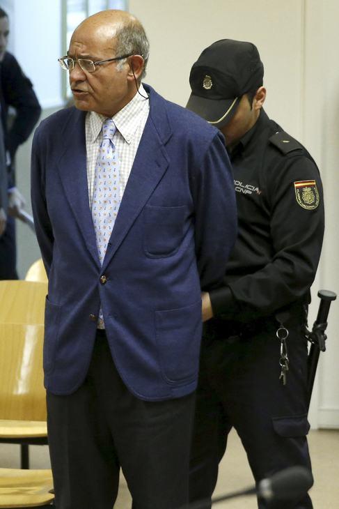 Un policía quita las esposas a Gerardo Díaz-Ferrán.