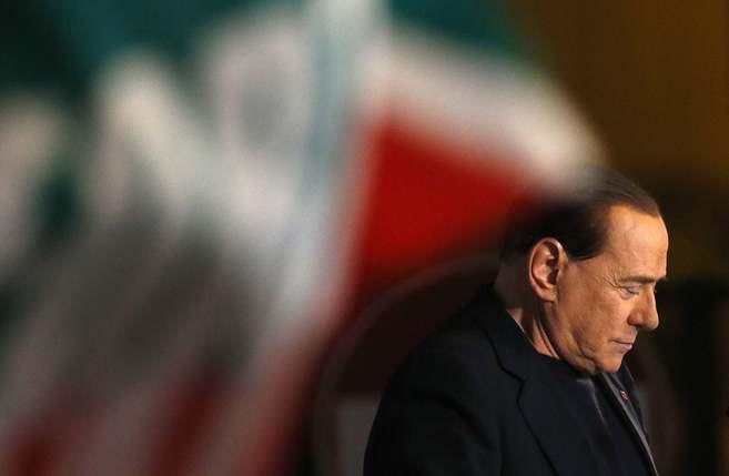 El ex primer ministro italiano Silvio Berlusconi se dirige a sus...