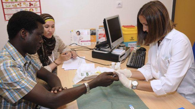 Una persona se realiza la prueba rápida de VIH en un centro de salud...