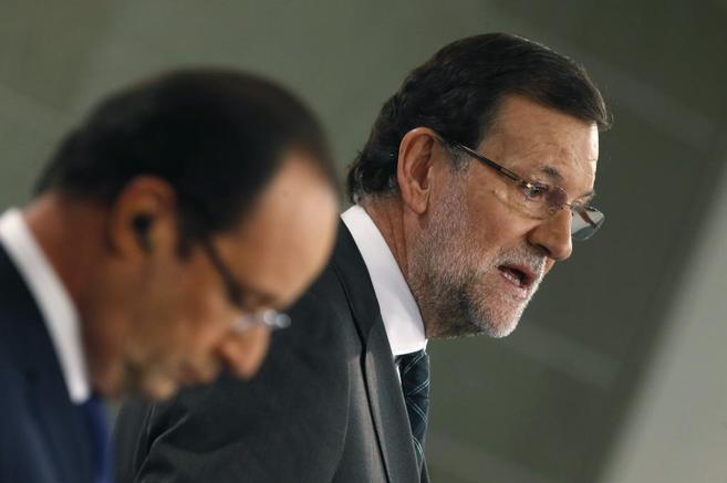 Rajoy, junto al presidente francés, François Hollande, durante la...
