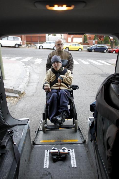 Fernando y su hijo entrando en el Eurotaxi.