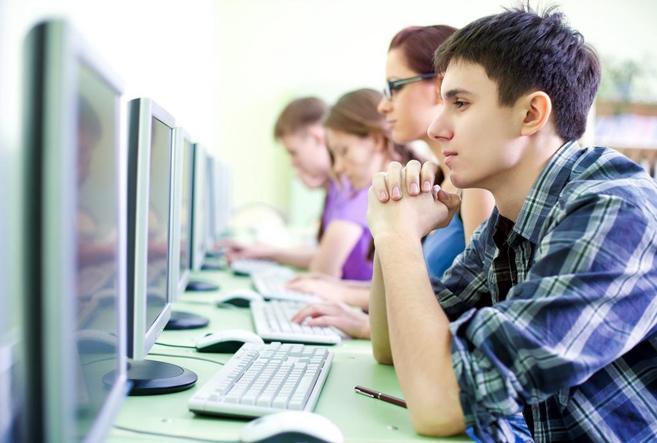Un grupo de jóvenes consulta internet.