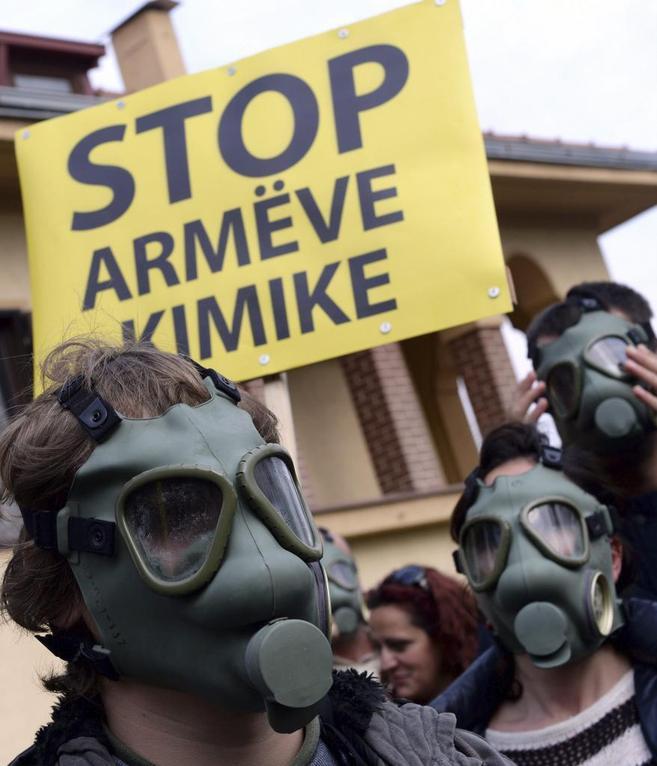 Activistas albaneses protestan contra el arsenal químico sirio.