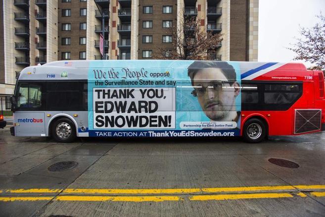 Un autobús con publicidad dando las gracias a Edward Snowden, en una...