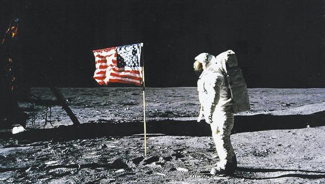 Neil Armstrong, con la bandera de EEUU, durante su misión de 1969.