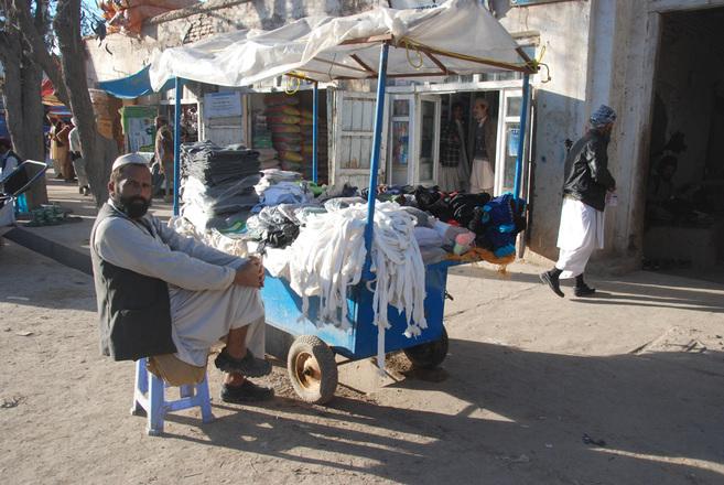 Un vendedor de ropa este jueves en el bazar de Qala-e-now.