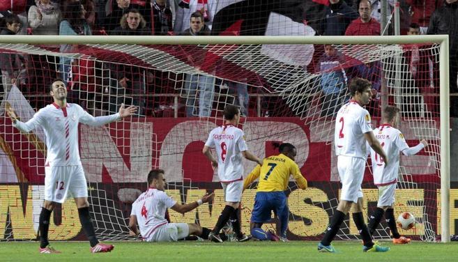 Los jugadores del Sevilla se lamentan tras el gol del Estoril.