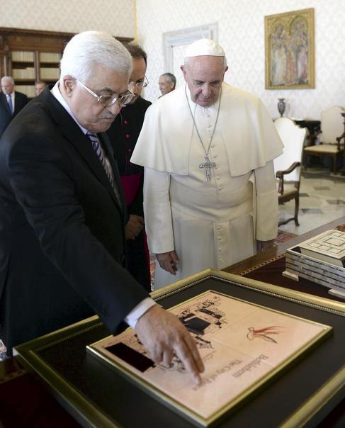 El Papa recibe al presidente palestino, Abu Mazen, en el Vaticano.