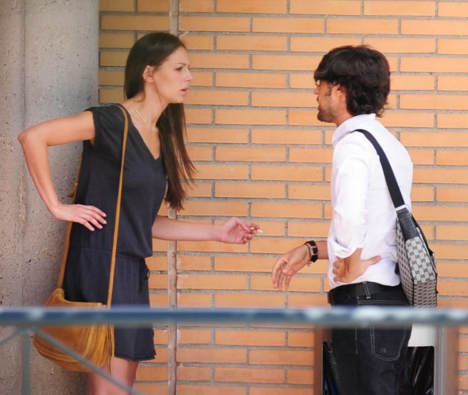 Eva González hablando con un chico.