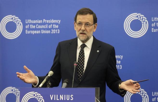 Mariano Rajoy hace gestos durante la rueda de prensa  posterior a la...