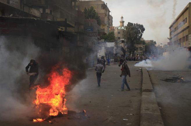 Partidarios de los Hermanos Musulmanes se enfrentan a las fuerzas de...