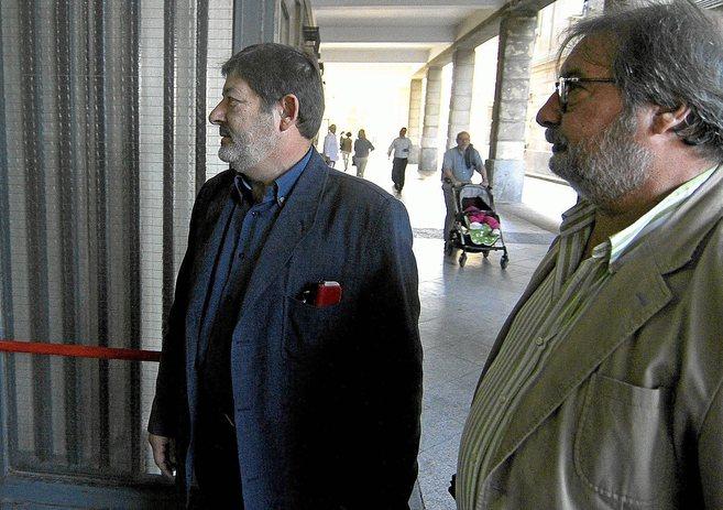 Javier Guerrero (izquierda) acude a los juzgados para cumplir con las...