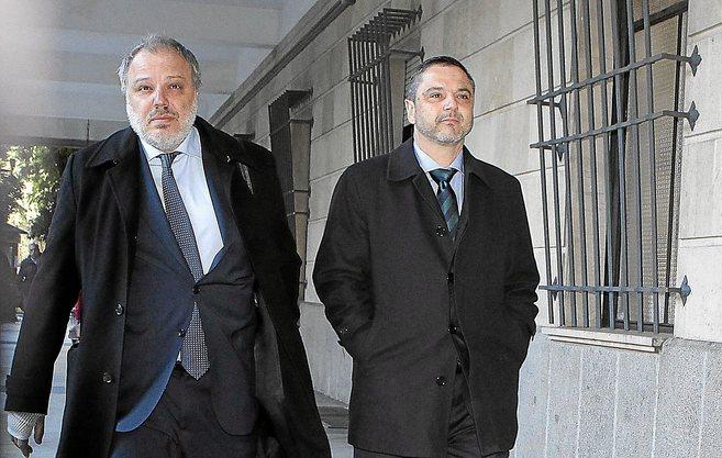 Fernando Mellet (derecha) en una visita reciente al juzgado.