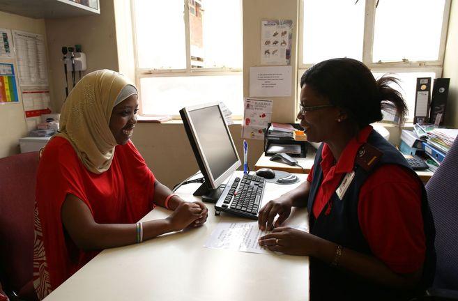 Una joven sudafricana con VIH charla con una profesional sanitaria.