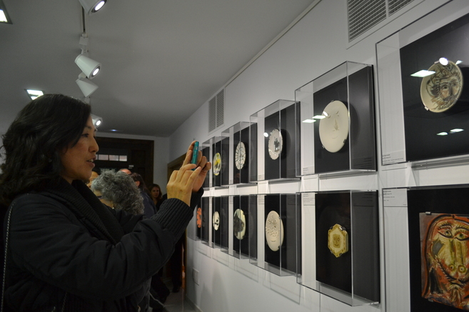 Una turista japonesa contempla las obras expuestas.