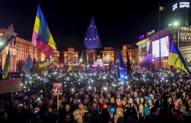 Manifestantes sostienen sus móviles encendidos, en una manifestación...