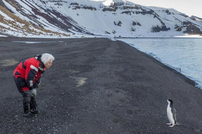 Pepita Castellví, con un pingüino, uno de sus animales favoritos, en...