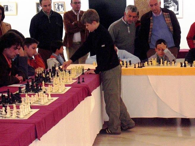 Magnus Carlsen, en una exhibición de simultáneas en Mérida con 13...
