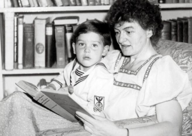 La escritora Pamela Lyndon Travers con Camillus, su «único» hijo
