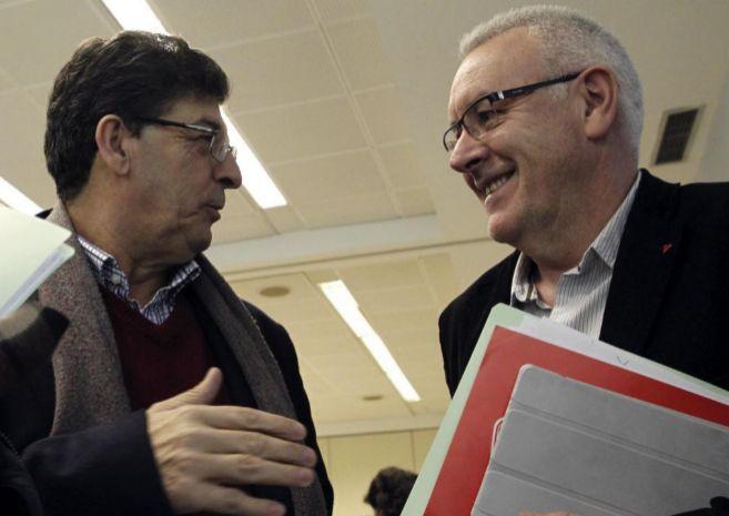 Cayo Lara conversa con el vicepresidente de Andalucía, Diego...