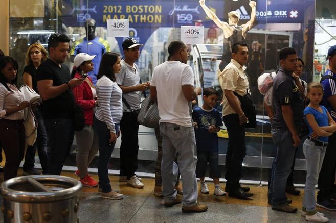 Una cola de venezolanos ante un establecimiento en rebajas.