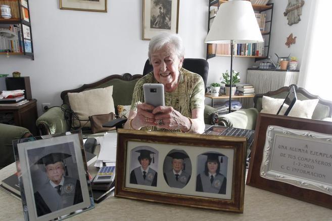 Carmen Delgado consulta su 'smartphone', junto a la foto de...