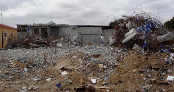 Un musulmán contempla su mezquita derribada por las autoridades en...