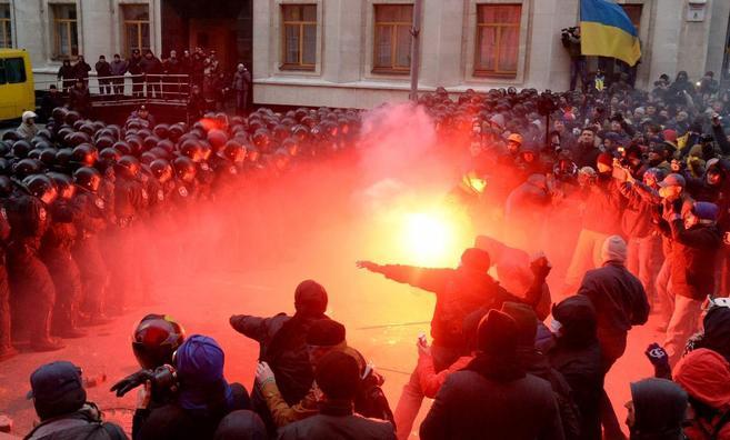 Manifestantes arrojan piedras y bengalas a los antidisturbios en la...
