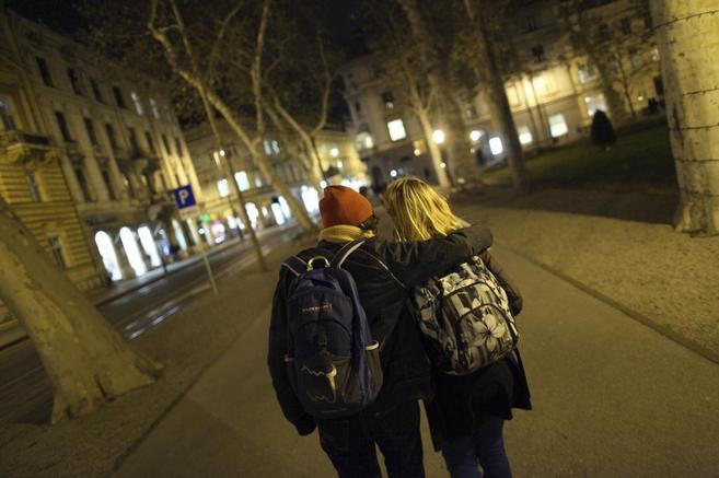 Una pareja de jóvenes del mismo sexo pasean por el centro de Zagreb.