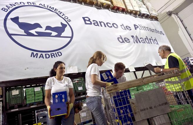 Voluntarios del Banco de Alimentos de Madrid, distribuyendo un reparto...