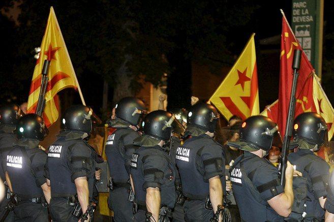 Agentes de los Mossos d'Esquadra, ante banderas esteladas durante...