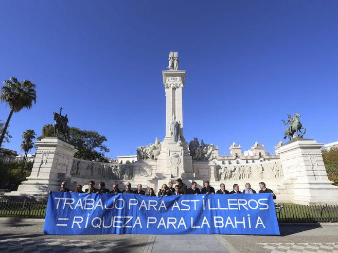 Todos los grupos de la Diputación concentrados en defensa de las...