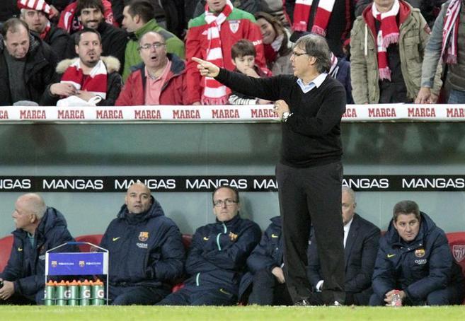 Gerardo Martino dando instrucciones durante el Athletic - Barcelona.