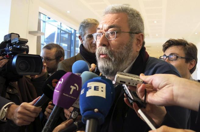 Cándido Méndez, rodeado de micrófonos y periodistas
