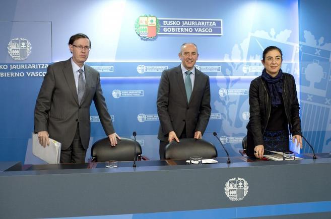 Josu Erkoreka, en el centro, junto a Cristina Uriarte y Ricardo...