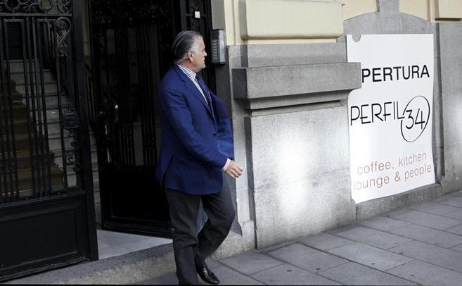 Luis Bárcenas sale del portal de su casa.