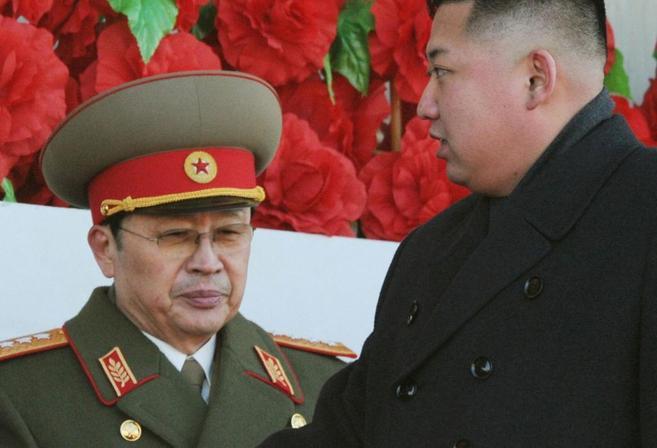 El líder de Corea del Norte, Kim Jong-un (dcha.), pasa junto a su...
