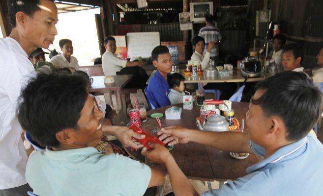 Varias personas asiáticas comiendo