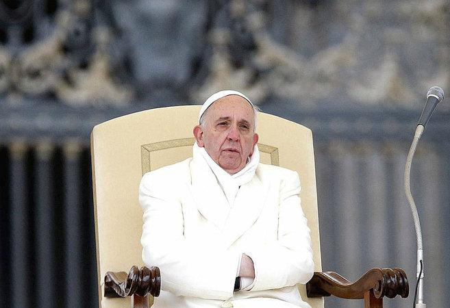 El papa Francisco en una de sus audiencias de los miércoles, abrigado...