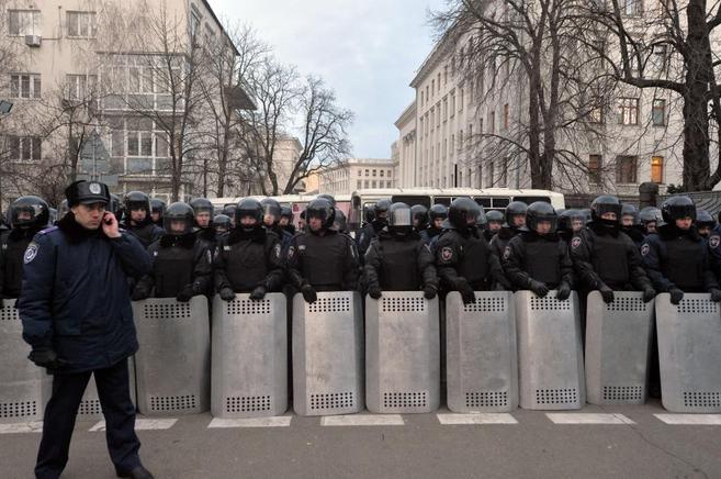 Policías custodian una protesta en la capital.