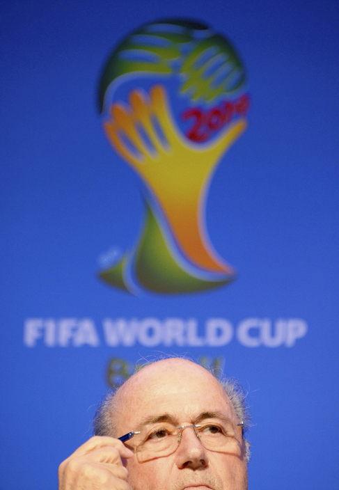 Joseph Blatter, ofrece una rueda de prensa después de una reunión...