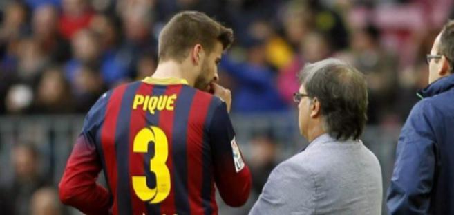 Piqué habla con Martino, durante un partido.