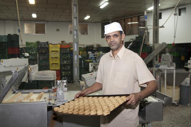 El fabricante muestra una bandeja de mantecados fabricados respetando...