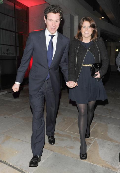 Jack Brooksbank y la princesa Eugenia de York, en las calles de...