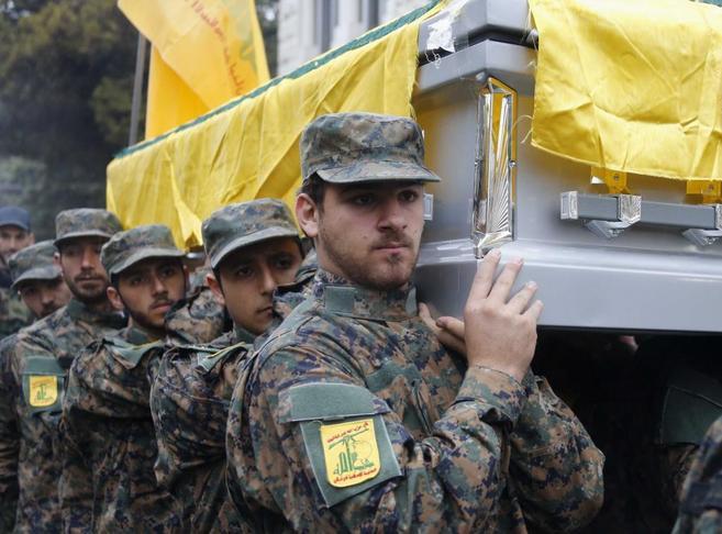 Miembros de Hizbulá portan el ataúd del comandante militar Hasan...