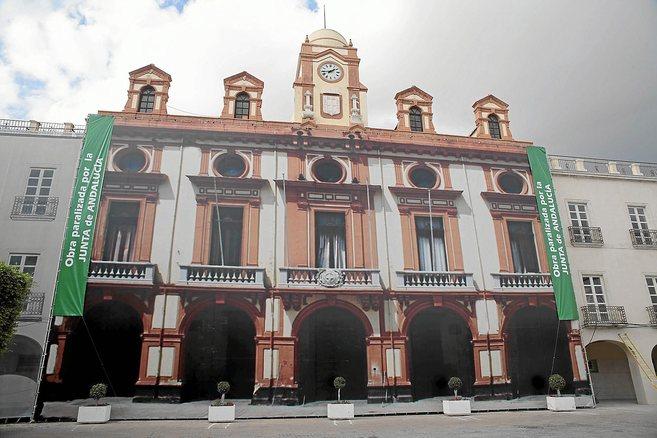 Facahada del Ayuntamiento de Almería, donde el PP ha puesto las...