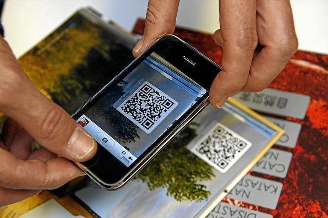 Un usuario de móvil escaneando un código QR a través de su lector